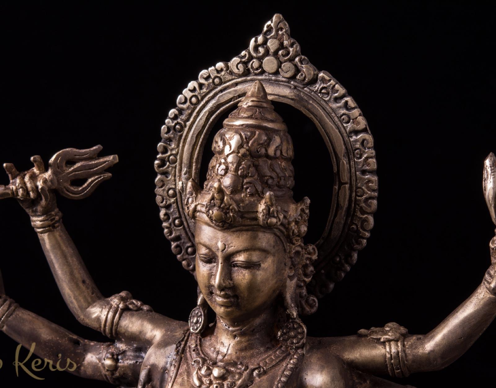 Старинная статуя Дурга на быке.  фото VipKeris