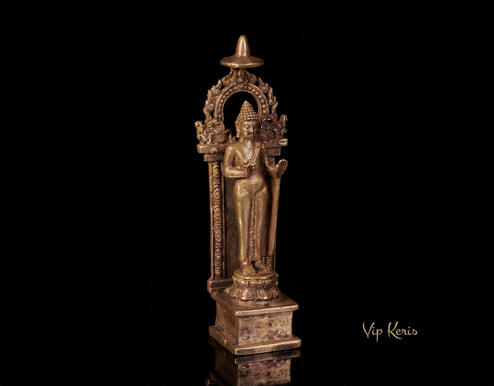 Алтарная старинная статуя Будды. фото VipKeris