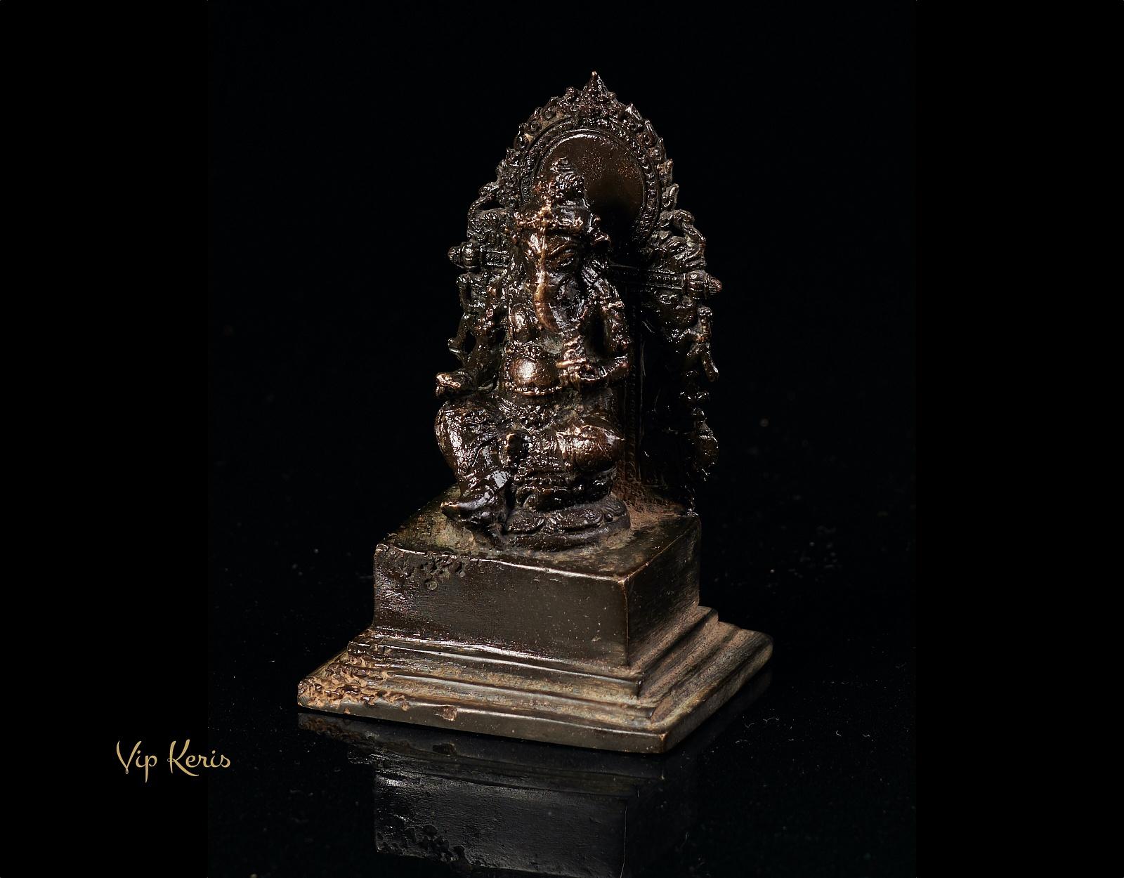 Алтарная статуя Ганеша в медитации. фото VipKeris